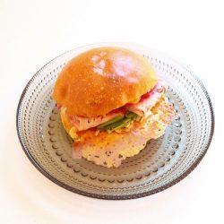 リオナソーセージとカラフルサラダのサンドイッチ