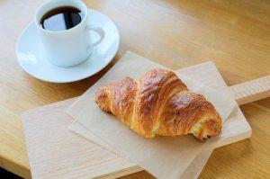 クロワッサンとコーヒーの写真